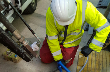 Lead pipe coating work carried out with the help of a temporary water supply network, in an industry first