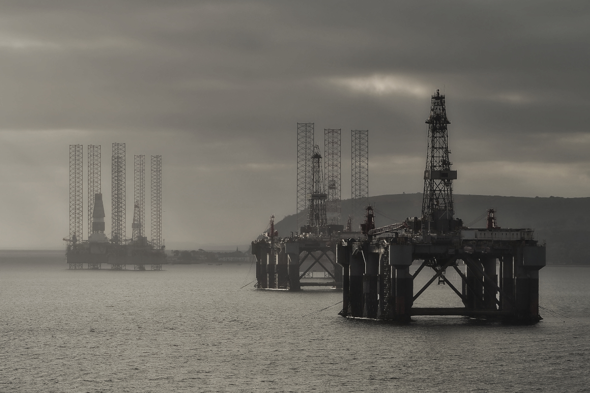 oil-rigs-in-Cromarty-Firth