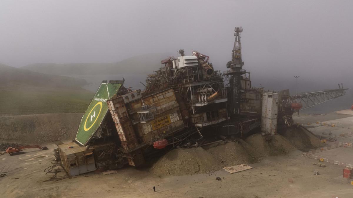 Ninian platform - following the collapse